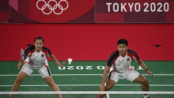 Melati Daeva Oktavianti (kiri) dan Praveen Jordan dari Indonesia menjalani pertandingan perempat final bulu tangkis ganda campuran melawan Zheng Siwei dari China dan Huang Yaqiong dari China selama Olimpiade Tokyo 2020 di Musashino Forest Sports Plaza di Tokyo pada 28 Juli 2021.