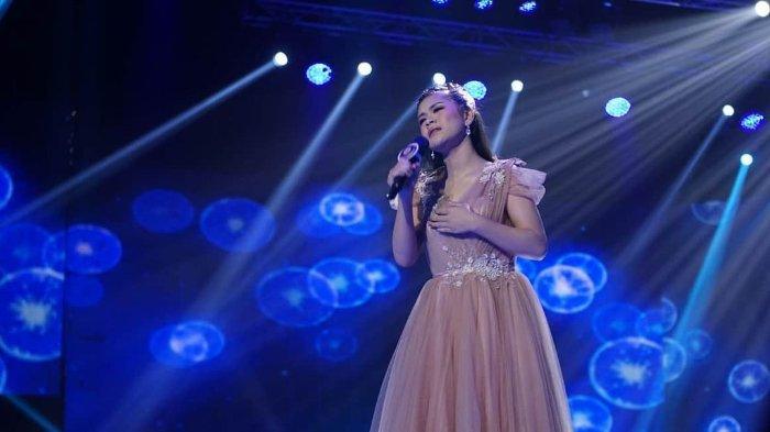Meli Nuryani sedang bernyanyi