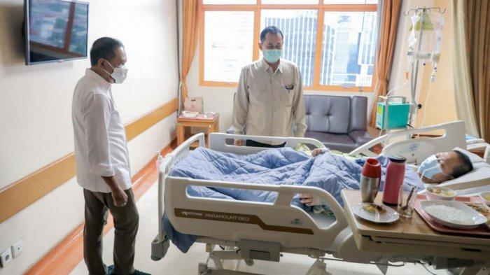 Menpora Zainudi Amali membesuk legenda bulu tangkis Indonesia Verawaty Fajrin, Senin (20/09/2021). Menpora diperintahkan oleh Presiden Jokowi untuk menanggung biaya perawatan Verawaty.
