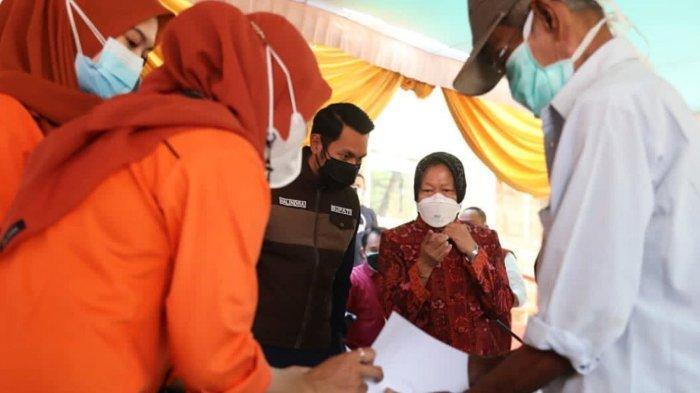Mensos Risma meninjau penyaluran Bantuan Sosial Tunai (BST) di Kantor Pos Kota Tuban, Jawa Timur. Sabtu (22/07/2021).