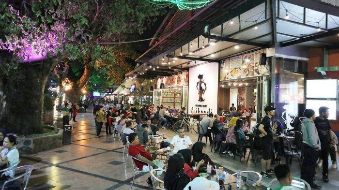 Para pengunjung sedang menikmati kuliner di Merdeka Walk Medan