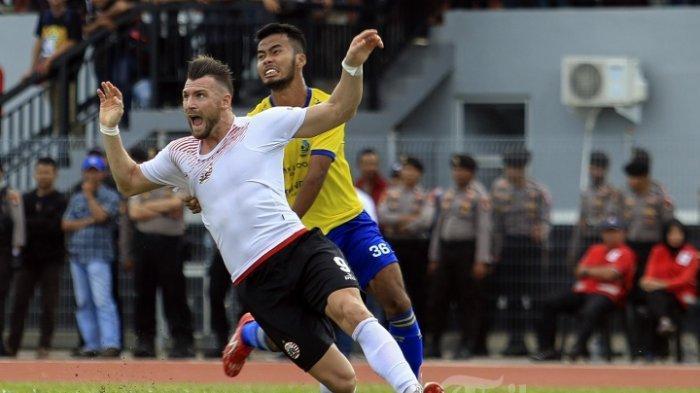 Mohammad Badrul Rodli saat berebut bola dengan striker Persija, Marko Simic dalam Babak 32 Besar Piala Indonesia 2017 yang digelar di Gelora Citrams, Nongsa, Batam (31/1/2019) (TRIBUN BATAM/Argianto DA Nugoroho)