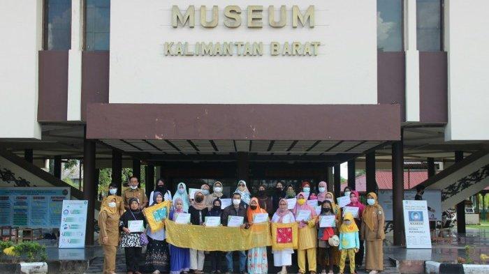 Peserta kegiatan bersama Menyulam Kalengkang berfoto di depan Museum Kalimantan Barat.