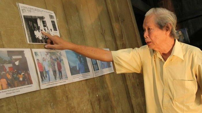 A. Soesantio sedang menunjuk salah satu koleksi yang ada di Museum Nyah Lasem