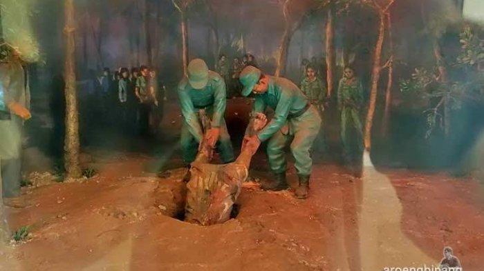 Diorama jenazah para perwira angkatan darat dimasukkan ke dalam sumur.