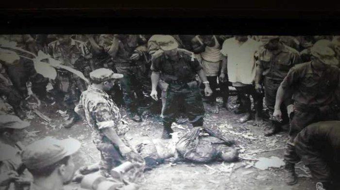 Foto dokumentasi pengangkatan jenazah Brigjen Soetojo