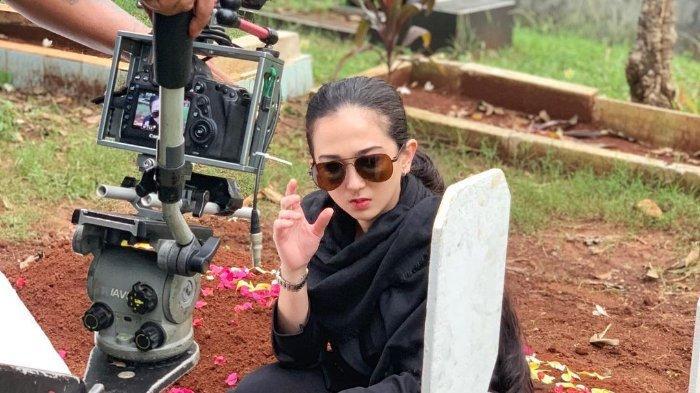 Natasha Ratulangi ketika sedang syuting FTV