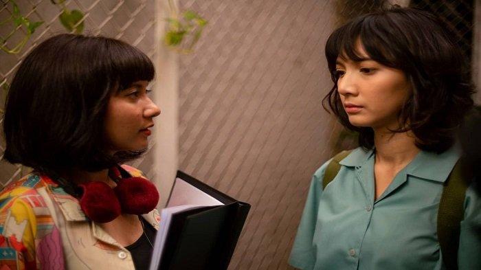 Naya Anindita saat memberi arahan pada aktris Sheila Dara dalam film 'Eggnoid'