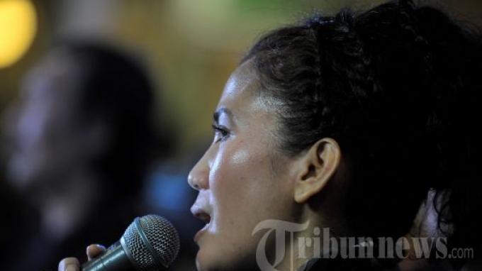 Penyanyi Nicky Astria saat peluncuran album baru bertajuk Retrospective di Jakarta, Senin (1/10/2012).