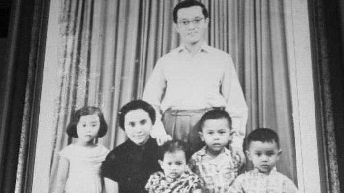 Njoto bersama anak dan istrinya.