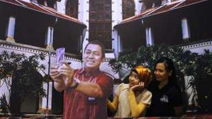 Salah satu spot foto di 3D Trick Art Museum, Kota Lama Semarang. Pengunjung sedang berfoto bersama gambar Walikota Semarang Hendrar Prihadi, berlatarkan Lawang Sewu.