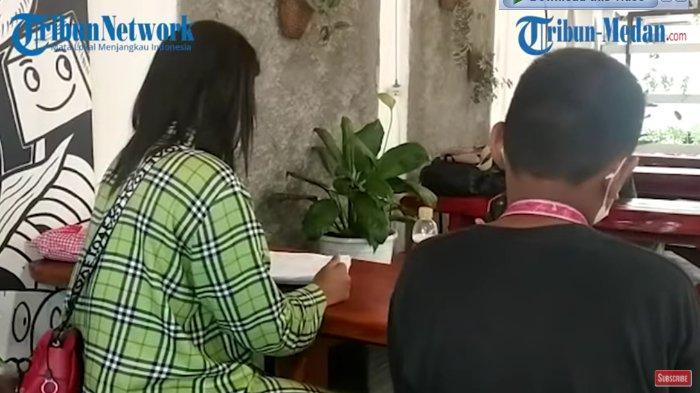RAP (kanan), korban penculikan dan pelecehan seksual, didampingi ibundanya, PA, saat ditemui wartawan di Kantor Pengacara Irwansyah Nasution Law Office & Advocate di Jalan Teladan, Medan, Rabu (1/9/2021).