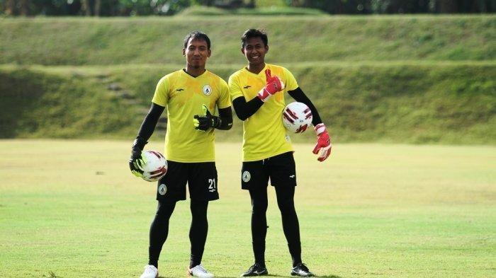 Penjaga gawang muda PSS, Dimas Fani Firmasyah (kanan) bersama seniornya Ega Rizky Pramana (kiri).