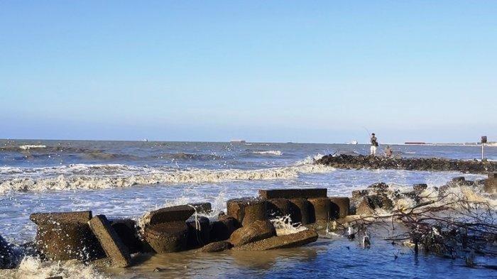 Suasana perairan di pesisir Pantai Muarareja Kota Tegal, pada Jumat (21/8/2020) sore.