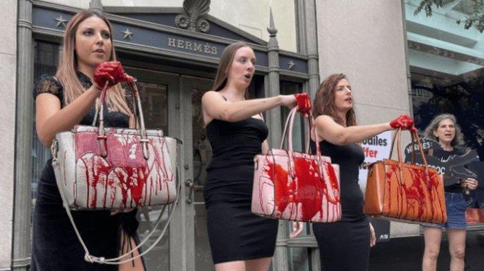Para aktivis PETA terlihat sedang melakukan protes di depan toko Hermes