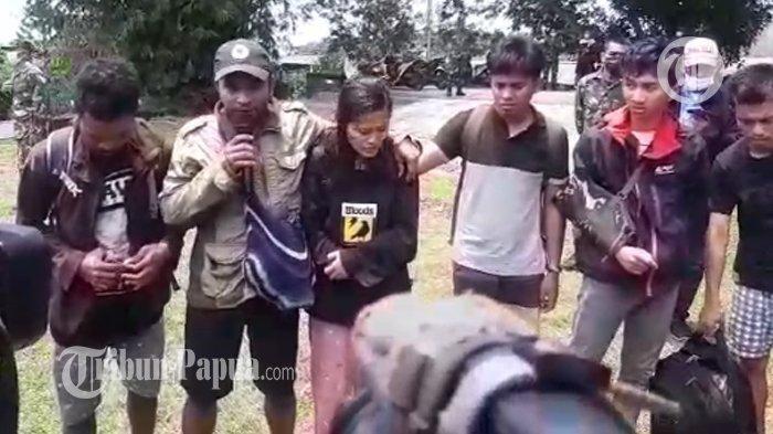 Para nakes yang berhasil di evakuasi dari Distrik Kiwirok.