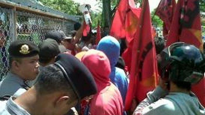 Belasan orang yang menyebut dirinya Partai Rakyat Demokratik (PRD) Pematangsiantar mendemo terminal bahan bakar minyak (BBM) Pertamina di Jalan Bola Kaki, Pematangsiantar, Sumatera Utara, Senin (8/7/2013).