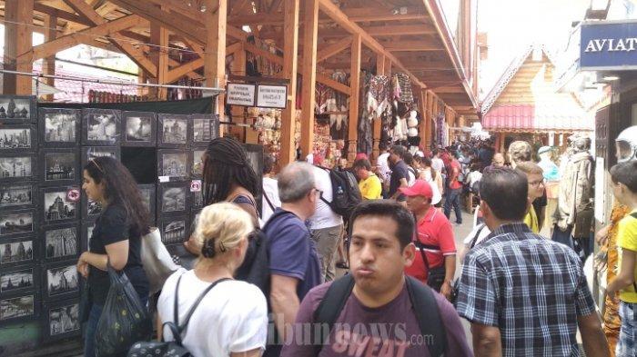 Pengunjung berlalu-lalang di Pasar Izmailovo, Rusia.