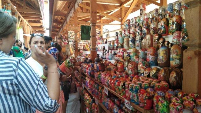 Aneka suvenir yang ada di Pasar Izmailovo, Rusia.