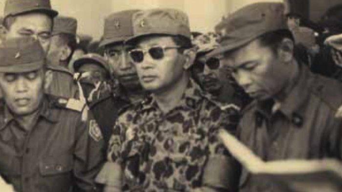 Jenderal Abdul Haris Nasution dan Mayor Jenderal Soeharto berdoa di depan peti jenazah almarhum Jenderal Sutojo Siswomihardjo dan enam rekannya yang gugur dalam Peristiwa 1 Oktober 1965.