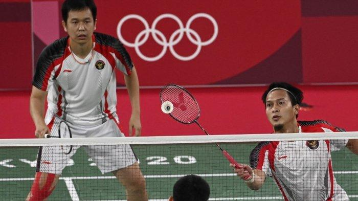 Pebulutangkis Indonesia Mohammad Ahsan (kanan) melakukan pukulan di sebelah Hendra Setiawan dalam pertandingan semifinal bulu tangkis ganda putra melawan Wang Chi-lin Taiwan dan Lee Yang dari Taiwan dalam Olimpiade Tokyo 2020 di Musashino Forest Sports Plaza di Tokyo pada 30 Juli , 2021.