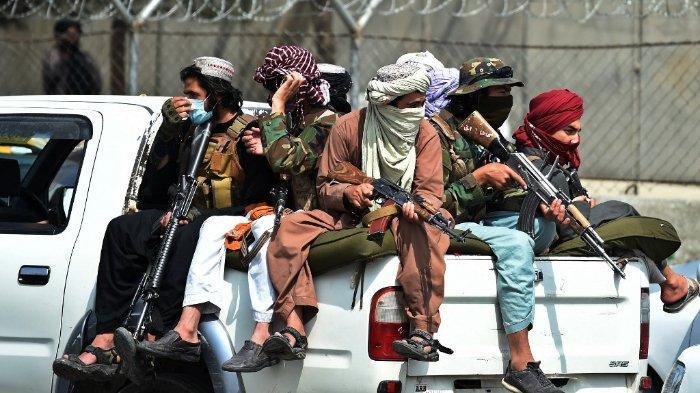 Pejuang-Taliban-berjaga-di-luar-bandara-di-Kabul-pada-31-Agustus-2021.jpg
