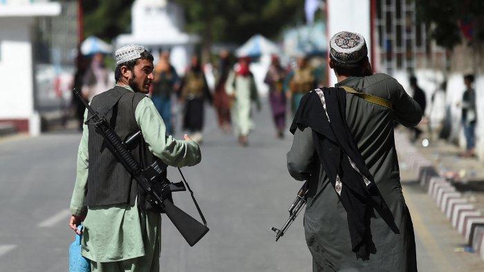 Pejuang-Taliban-berjalan-di-gerbang-masuk-utama-bandara-Kabul-2882021-a.jpg