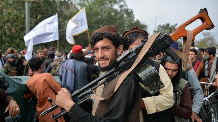 Pejuang Taliban berkumpul di sepanjang jalan selama rapat umum di Kabul pada 31 Agustus 2021 saat mereka merayakan setelah AS menarik semua pasukannya keluar dari negara itu untuk mengakhiri perang 20 tahun yang brutal - perang yang dimulai dan diakhiri dengan kelompok Islam garis keras di kekuasaan.