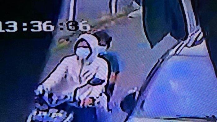 Pelaku pencurian kaca spion mobil Ussy Sulistiawaty yang terekam kamera CCTV.