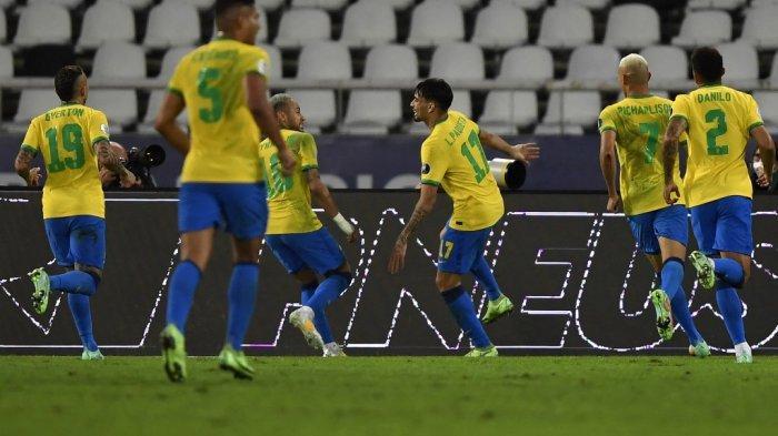 Pemain Brasil Lucas Paqueta (tengah) merayakan dengan rekan satu timnya setelah mencetak gol ke gawang Peru selama pertandingan semifinal turnamen sepak bola Copa America Conmebol 2021 di Stadion Nilton Santos di Rio de Janeiro, Brasil, pada 5 Juli 2021.