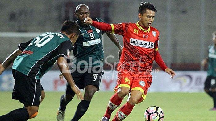 Mohamad Arozi (kanan) saat membela Martapura FC, berupaya lepas dari pengawalan pemain Persiwa Wamena dalam laga babak 16 besar pertama Grup D Liga 2 di Stadion Gelora Delta Sidoarjo, Jawa Timur, Sabtu (23/09/2017) sore.
