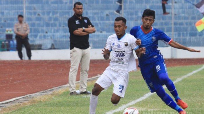 Pemain PSPS Riau, Danil Junaidi (kanan) berusaha merebut bola dari pemain Babel United, Samsudin dalam lanjutan Liga 2 2019 di Stadion Kaharuddin Nasution, Pekanbaru, Riau (18/7/2019).