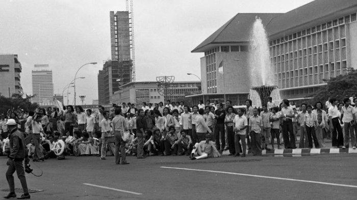 Aksi unjuk rasa peristiwa Malari dan kesiapan aparat keamanan di sekitar Monumen Nasional (Monas) dan Istana Merdeka, Jakarta.
