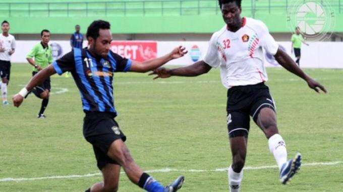 Pemain Persiram, Moses Banggo (biru) ditempel bek Persik Kediri, Michael Ndubuisi.