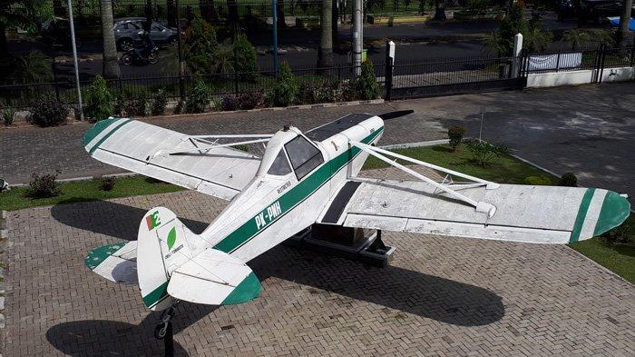 Agricultural Airoraft model Piper Pawnee PA-25 didatangkan dari Lock Haven, Pennsylvania, USA pada tahun 1958