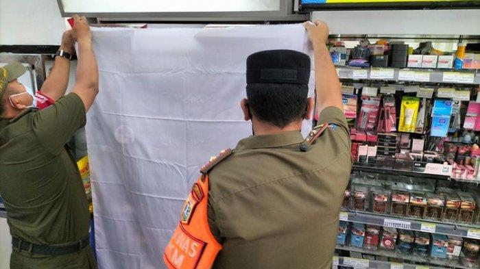 Petugas-Satpol-PP-Jakarta-Barat-menutup-etalase-rokok.jpg