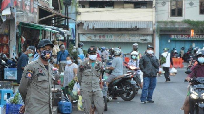 Petugas Satpol PP Kota Yogyakarta berupaya menertibkan aktivitas luberan pedagang di depan Pasar Kranggan, Selasa (6/7/2021). (Istimewa)