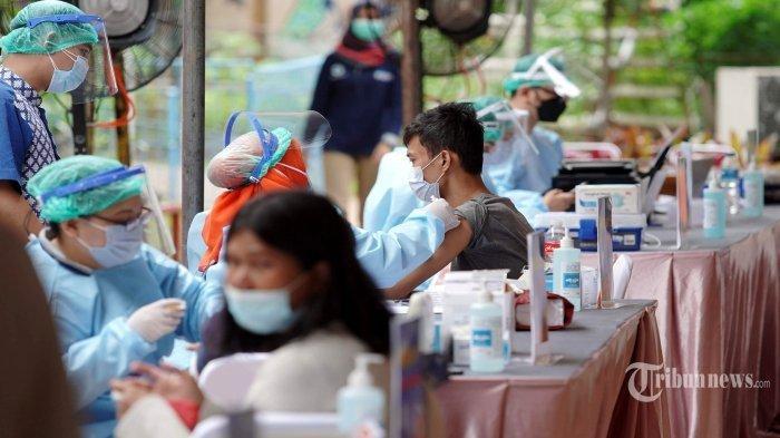 Petugas-medis-melakukan-vaksinasi-Covid-19-kepada-warga-Rusun-Tanah-Tinggi-Jakarta-Pusat.jpg