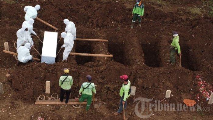Petugas-mengubur-jenazah-terkait-Covid-19-di-Taman-Pemakaman-Umum-TPU-Srengseng-Sawah.jpg