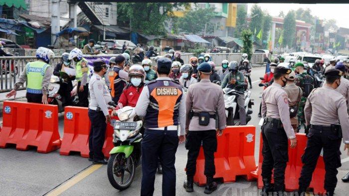 Petugas gabungan Polisi, TNI, Dishub, dan Satpol PP melakukan penyekatan sebelum underpass Jalan Jenderal Basuki Rachmat atau yang dikenal dengan Underpass Basura, Jakarta Timur, Kamis (15/7/2021). Polisi menambah titik penyekatan Pemberlakuan Pembatasan Kegiatan Masyarakat (PPKM) Darurat termasuk sebelum Underpass Basura untuk mengurangi mobilitas warga.