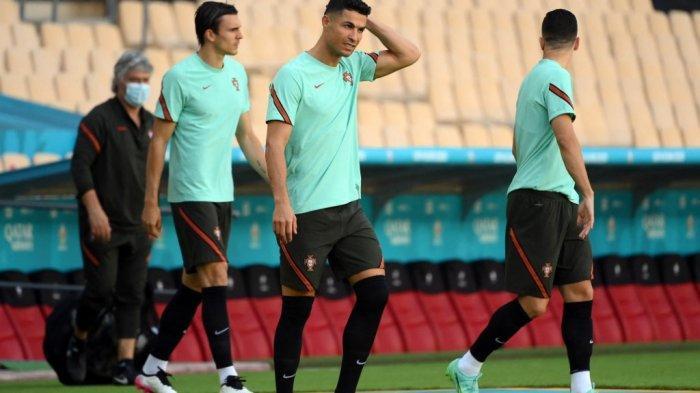 Pemain depan Portugal Cristiano Ronaldo (tengah) mengambil bagian dalam sesi latihan MD-1 di stadion La Cartuja di Seville pada 26 Juni 2021, menjelang pertandingan sepak bola babak 16 besar UEFA EURO 2020 melawan Belgia.