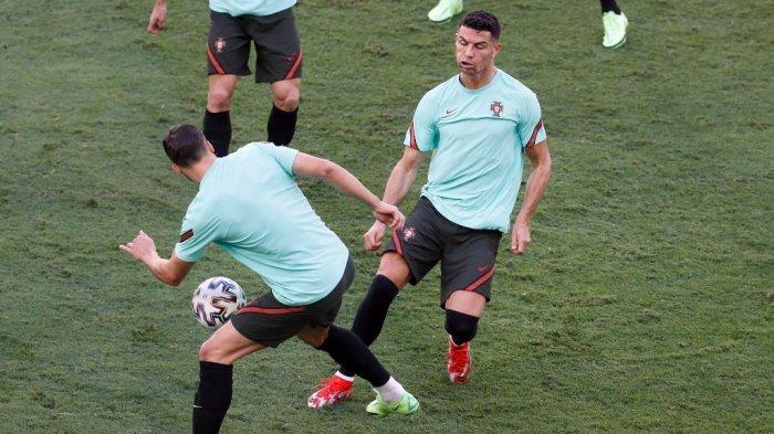 Pemain depan Portugal Cristiano Ronaldo (kanan) mengambil bagian dalam sesi latihan MD-1 di stadion La Cartuja di Seville pada 26 Juni 2021, menjelang pertandingan sepak bola babak 16 besar UEFA EURO 2020 melawan Belgia.