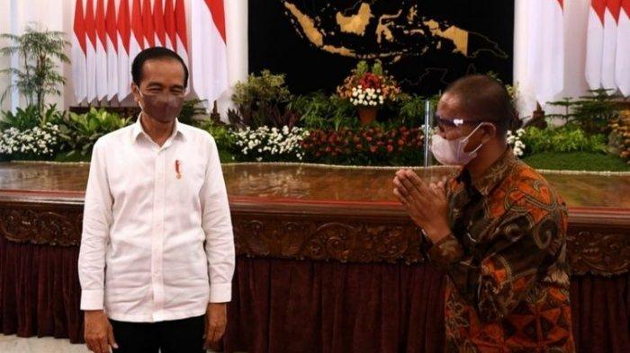 Presiden Joko Widodo bertemu peternak ayam asal Blitar, Suroto, di Istana Negara, Jakarta, Rabu (15/9/2021).