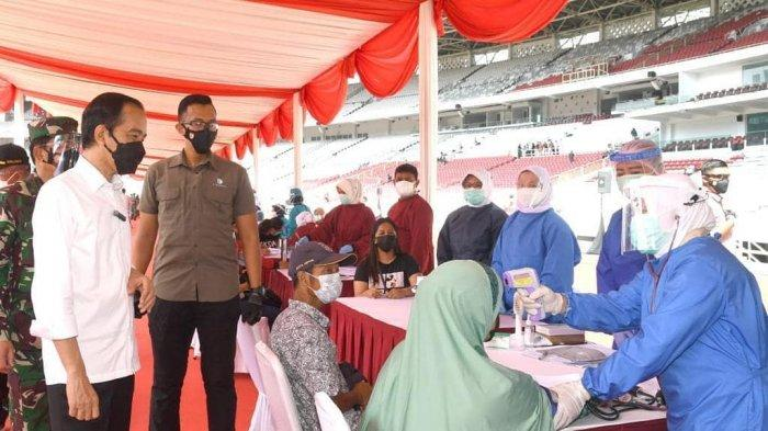 Presiden-Jokowi-meninjau-pelaksanaan-vaksinasi-massal-di-gbk-2.jpg