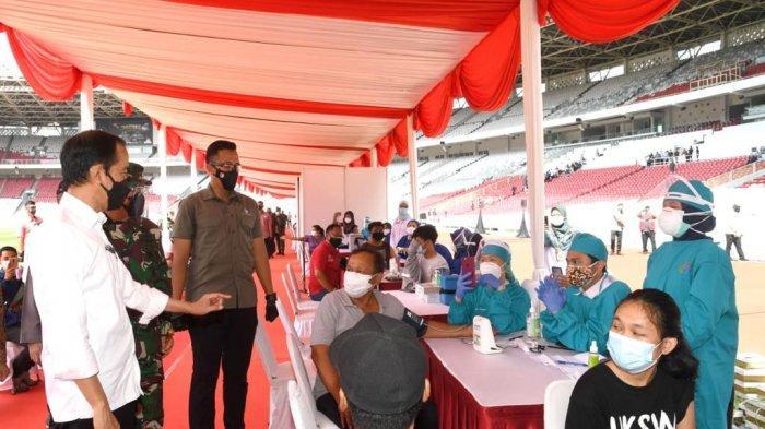 Presiden Jokowi meninjau pelaksanaan vaksinasi massal yang digelar di Stadion Utama Gelora Bung Karno, Senayan, Jakarta, Sabtu (26/06/2021).