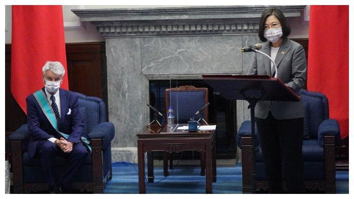 Presiden Taiwan Tsai Ing-wen (kanan) sedang berbicara, dan di sampingnya duduk Senator Prancis Alain Richard, Kantor Kepresidenan di Taipei, 7 Oktober 2021.