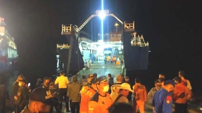 Proses evakuasai para korban selamat KMP Yunicee di Pelabuhan Ketapang, Banyuwangi, Selasa malam (29/6/2021).