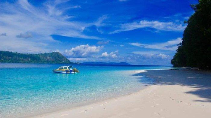 Pemandangan di Pulau Molana, Maluku Tengah