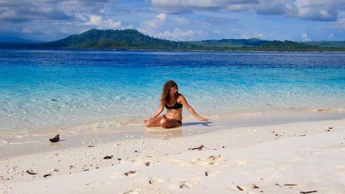 Pengunjung sedang bersantai di Pulau Molana.