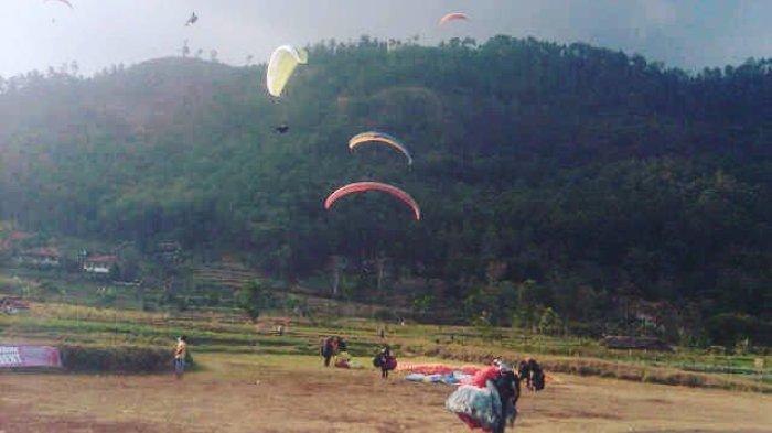 Wahana paralayang di Puncak Lawang Kecamatan Matur, Kabupaten Agam, Sumatera Barat